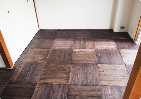 ユカハリ・タイルを使って床を天然無垢材に。茶色に塗装しました・