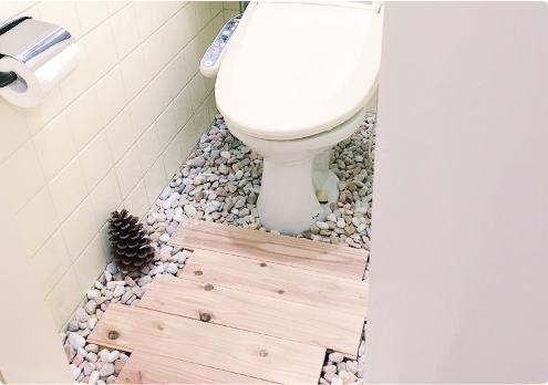 トイレに砂利と無垢を置いてリノベーションDIY。原状回復も可能です。