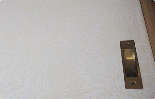 クローゼットにウィリアムモリスの壁紙を貼りました