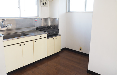 203号室のキッチン。ガスコンロ付き