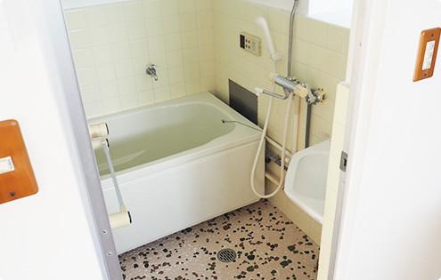 築40年を思わせるお風呂。床のタイルを気に入ってる住人さんも多数。